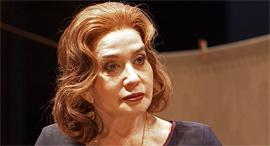 השחקנית סנדרה שדה מתוך המחזה דבר על מקום הימצאם פנאי, צילום: שיר מוסן