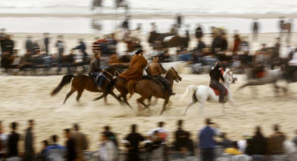 """""""המסלול לא עומד בשום סטנדרט"""", התלונן אלוף עזה ברכיבה מוחמד מהאנה. """"הסוסים לפעמים נופלים והצופים נמצאים בשטח התחרות עצמו"""""""