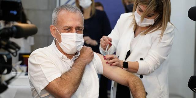 """הפרויקטור אש מקבל חיסון, צילום: קופ""""ח מכבי"""
