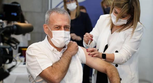 הפרויקטור אש מקבל חיסון