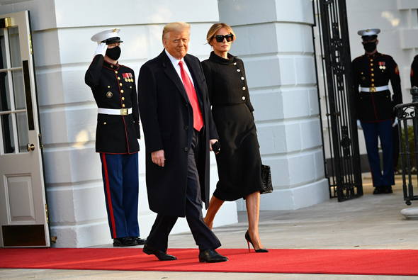 דונלד ומלניה טראמפ עוזבים את הבית לבן