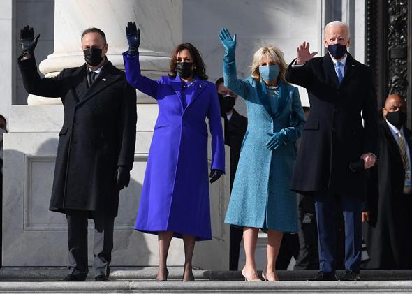 ג'ו ביידן, רעייתו ג'יל, קמלה האריס ובעלה דאג אמהוף, הערב בהגעה לטקס ההשבעה