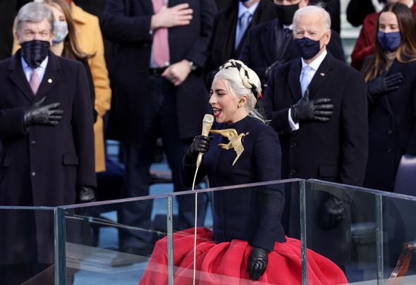 ליידי גאגא שרה את ההמנון האמריקאי בטקס ההשבעה
