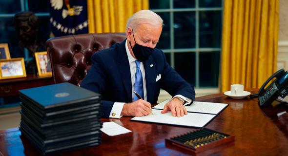 """נשיא ארה""""ב ג'ו ביידן חותם על צווים"""