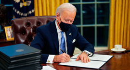 "נשיא ארה""ב ג'ו ביידן חותם על צווים , צילום: אי פי איי"