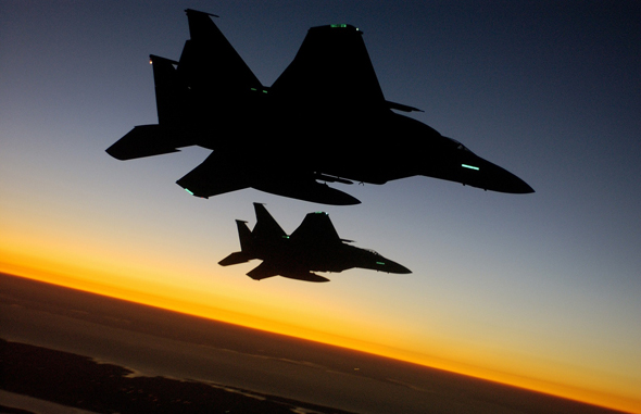 זוג F15 בלילה