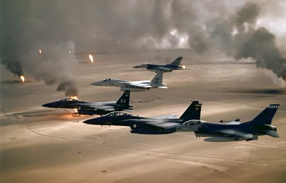"""מטוסי ארה""""ב מעל לשדות נפט בוערים בכוויית"""