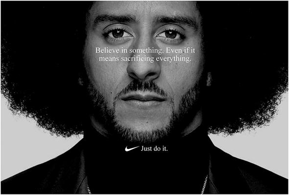 2018 קולין קפרניק. נייקי אימצה את שחקן הפוטבול שמחה על אלימות כלפי שחורים. הפרסומת עוררה התנגדות וירידה של המניה שלה, צילום: NIKE