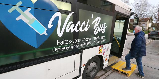 בגלל הקורונה: הצרפתים נקראים לא לדבר באוטובוס