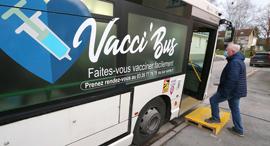 """""""אוטובוס חיסונים"""" בצרפת, צילום: איי אף פי"""