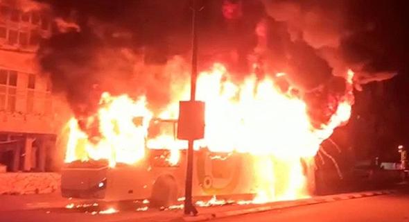 האוטובוס של חברת אפיקים שנשרף אתמול בבני ברק