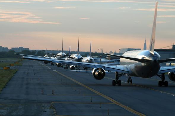 מטוסים עומדים בתור להמראה מנמל התעופה JFK בניו יורק, צילום: שאטרסטוק
