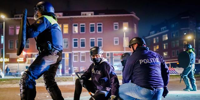 מפגין שנעצר ברוטרדם, אמש, צילום: איי אף פי