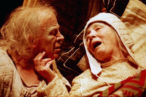 צילום של דגון למחזה אשכבה של חנוך לוין