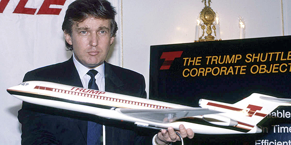 טראמפ מציג את עיצוב המטוסים, באירוע חשיפת החברה, צילום: איי פי