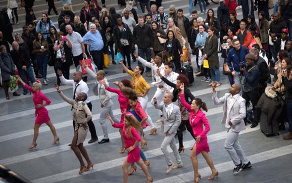 מופע רחוב באירופה. הפיאצה תארח הופעות חיות, פסטיבלים ותערוכות