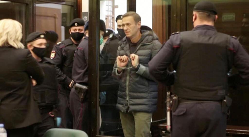 נבלני באזיקים בבית המשפט, צילום: רויטרס
