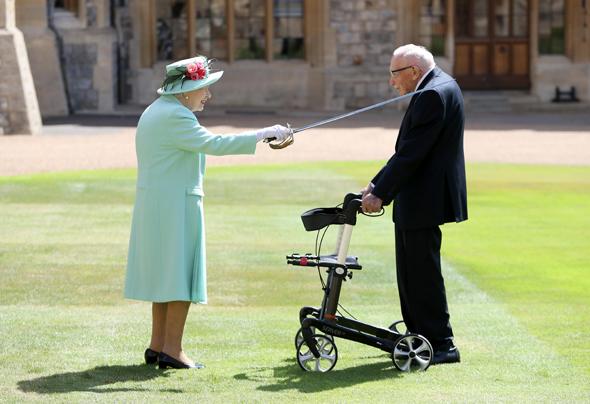 סר טום מור מקבל את התוא מהמלכה אליזבת