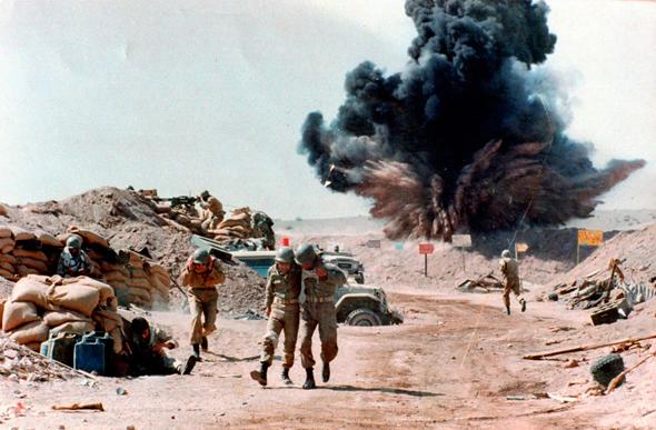 חיילים איראנים תחת אש במחוז חוזסטאן, באחד מקרבות המלחמה