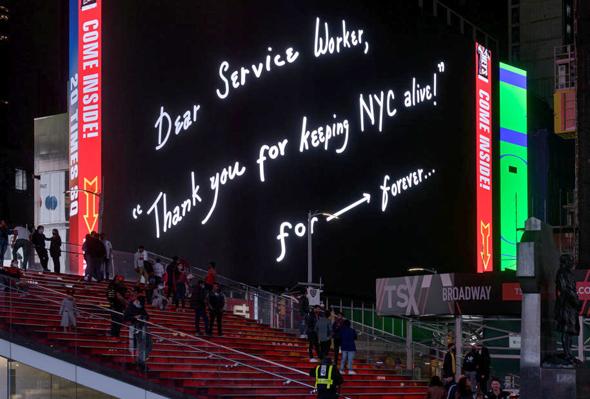 """אחד השלטים הדיגיטליים, בטיימס סקוור. """"נותן שירות יקר, תודה שאתה שומר על ניו יורק בחיים לנצח"""", צילום: Ian Douglas"""
