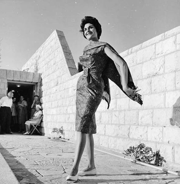 דוגמנית בתצוגה של משכית בירושלים, 1959