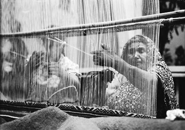 עולה מתימן אורגת שטיח במפעל של משכית, 1955