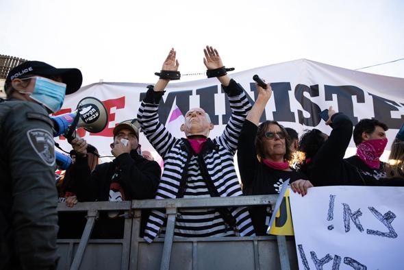 הפגנה של מתנגדי נתניהו מחוץ לבית המשפט, צילום: אלכס קולומויסקי