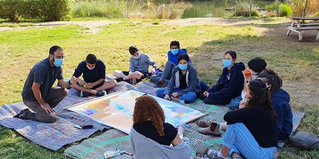 במרחק של 100 מטר בין קבוצות: כך ילמדו בשטח פתוח