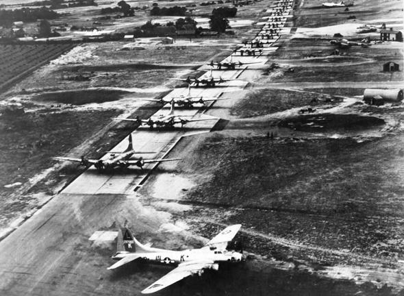 מפציצי B17 עומדים בתור להמריא