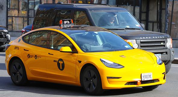 מונית חשמלית צהובה של טלסה