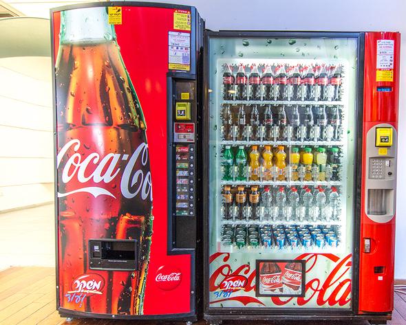 מכונת משקאות של משקר, צילום: מיכל סלע
