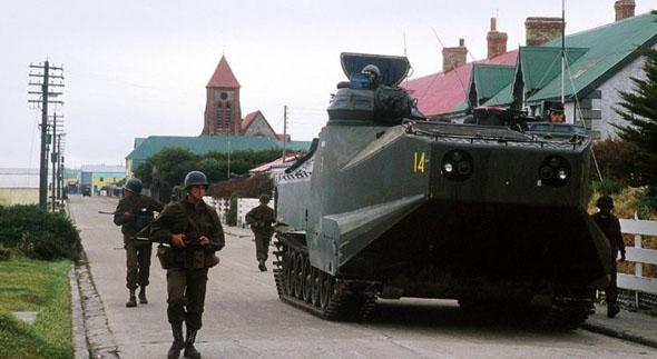 כוח נחתים ארגנטינאי שעלה מן הים ונע ברחובות בירת האיים, פורט סטנלי, צילום: militarymatters