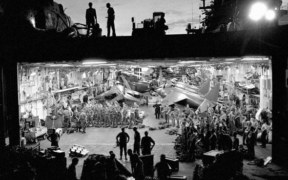 נושאת המטוסים הרמס מבפנים; שימו לב לצפיפות של כלי הטיס והציוד, צילום: BBC