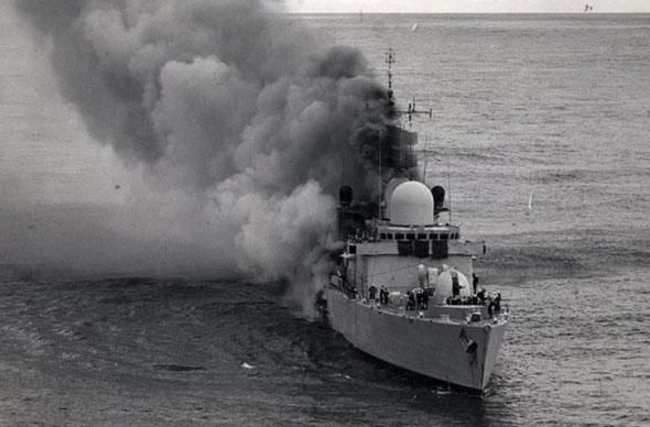 הספינה שפילד בוערת, זמן קצר לפני טביעתה, צילום: shefieldtelegraph