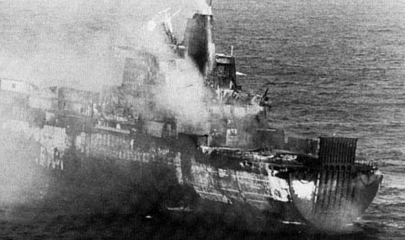 הספינה אטלנטיק קונבייר עולה בלהבות, צילום: UK MOD