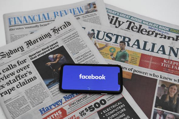 פייסבוק על רקע עיתונים אוסטרליים, צילום: אי פי איי