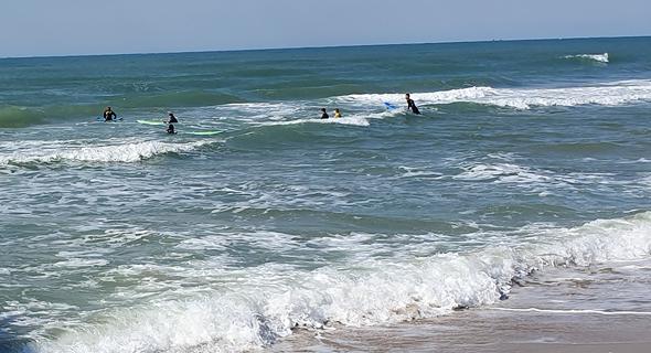 למרות האזהרות, גולשים בחוף בחיפה