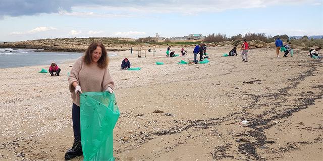 כ-250 עובדי בתי החולים הממשלתיים עזבו את הקורונה - והתנדבו לנקות את החופים מזפת