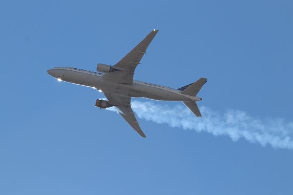 מטוס הבואינג 777S של יונייטד שמנועו התלקח