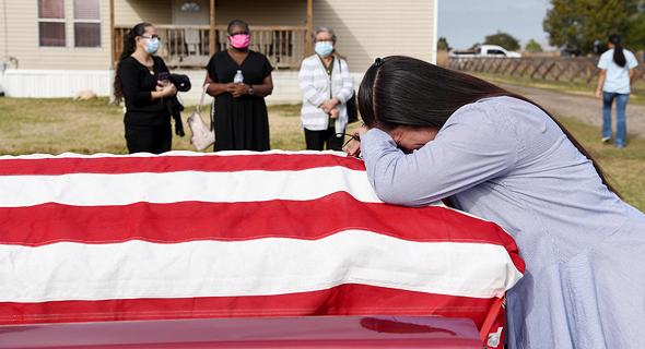 """הלוויה של אדם שנפטר מקורונה בטקסס, ארה""""ב, צילום: רויטרס"""