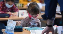 תלמידה עוטה מסכה בגרמניה, צילום: איי אף פי