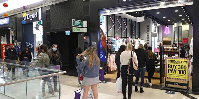 תור בכניסה לקניון בתל אביב ביום ראשון השבוע. עלייה של 20% במכירות לעומת הממוצע, צילום: אי אף פי