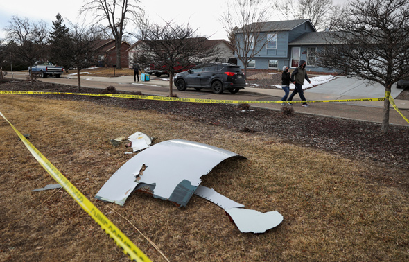 חלקי מנוע שנפלו ממטוס 777 בברומפילד, קולורדו, בשבת