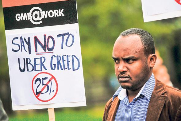נהגים של אובר בבריטניה מוחים נגד קיצוץ בשכרם. פסיקה ראשונה בעולם לטובתם