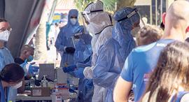 """מתחם בדיקות וחיסונים בכיכר רבין בת""""א, צילום: יובל חן"""