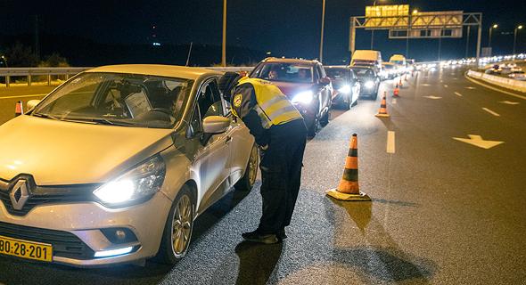 שוטרים אוכפים את מגבלות הקורונה, צילום: עמית שאבי