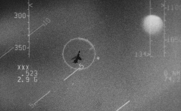 מטוס F8 קרוסיידר של חיל הים הצרפתי בכוונת של F15 אמריקאי, במסגרת תרגיל בינלאומי, צילום: USAF