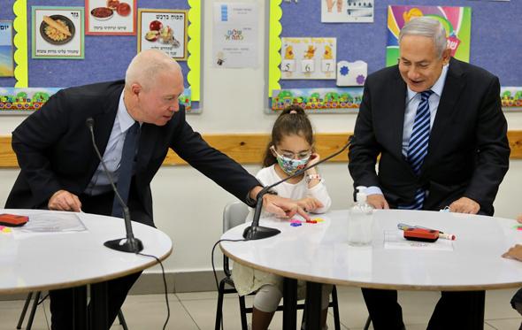 בנימין נתניהו ו יואב גלנט בבית ספר, צילום:  מארק ישראל סלם