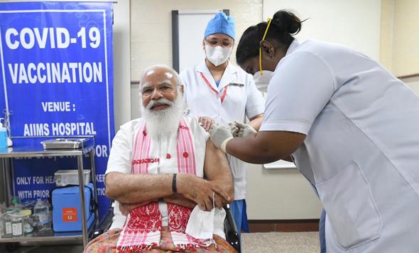מודי מקבל חיסון לקורונה