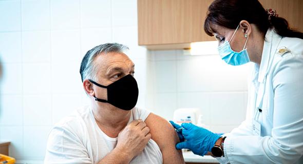 ראש ממשלת הונגריה ויקטור אורבן מקבל חיסון